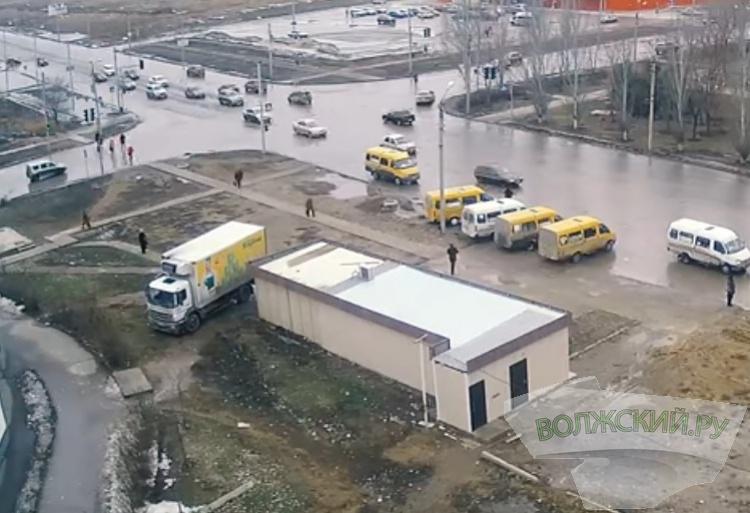 Водитель грузовика «Покупочки» разрушил тротуар и нарушил ПДД