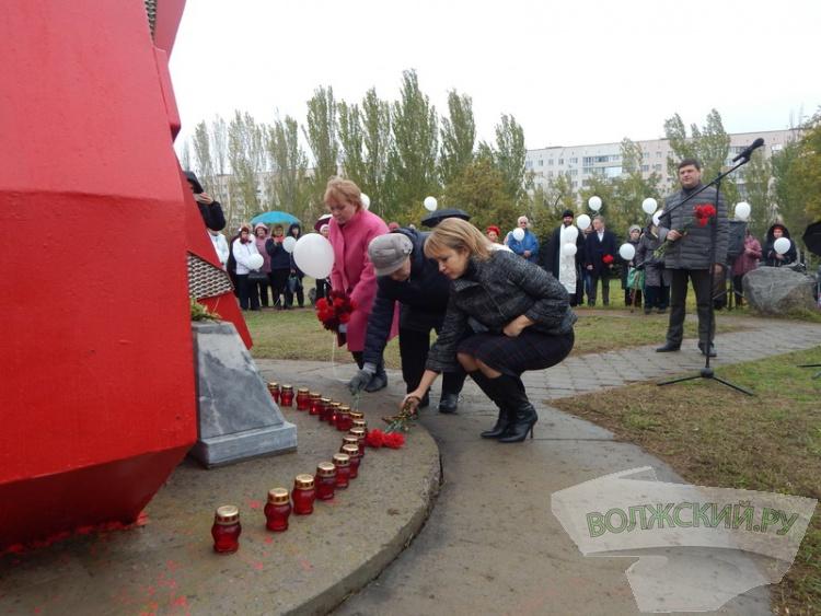 Волжане вспомнили жертв политических репрессий под дождем