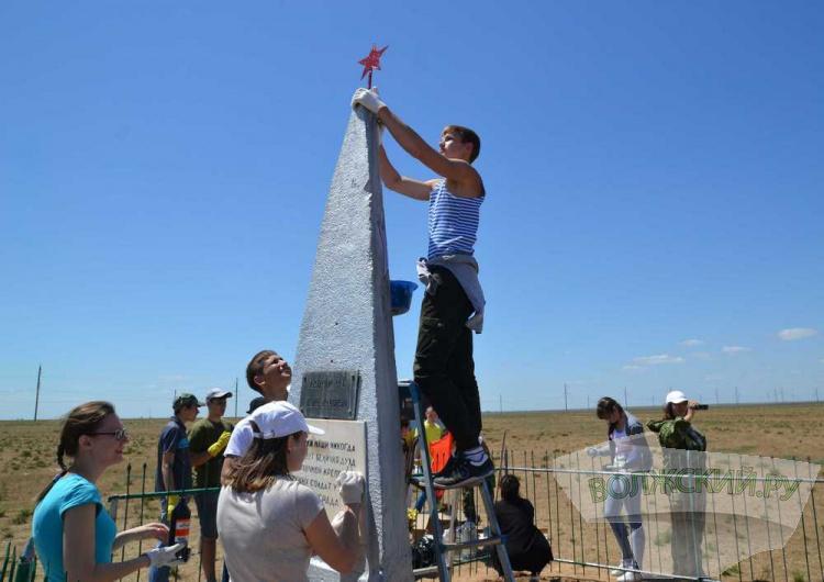 Волжские школьники восстановили памятник в Ленинском районе