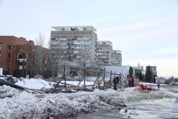 <b>Волжский.ру</b> поздравляет забор на площади Ленина с Днём рождения