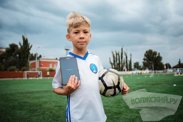 Юный волгоградский футболист встретился с Василием Березуцким онлайн