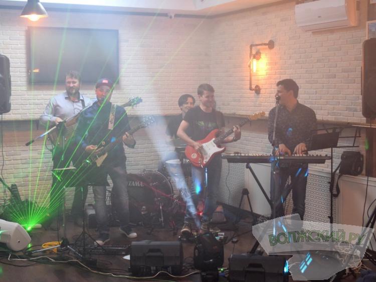 Звук, свет, драйв: в «Bahnhof» с аншлагом прошел концерт кавер-группы «Бумеранг»!