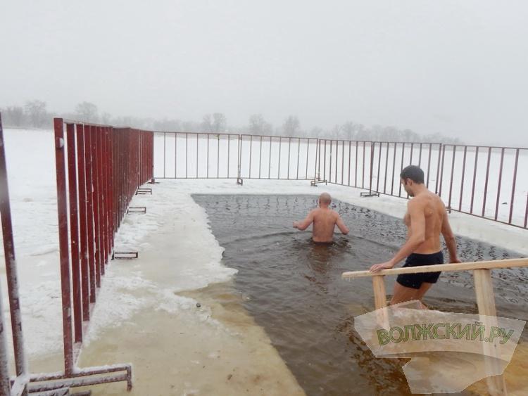 Крещенские морозы не помешали волжанам искупаться в проруби