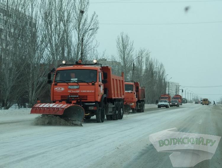 На борьбу со снегом в Волжском вышли 28 единиц спецтехники