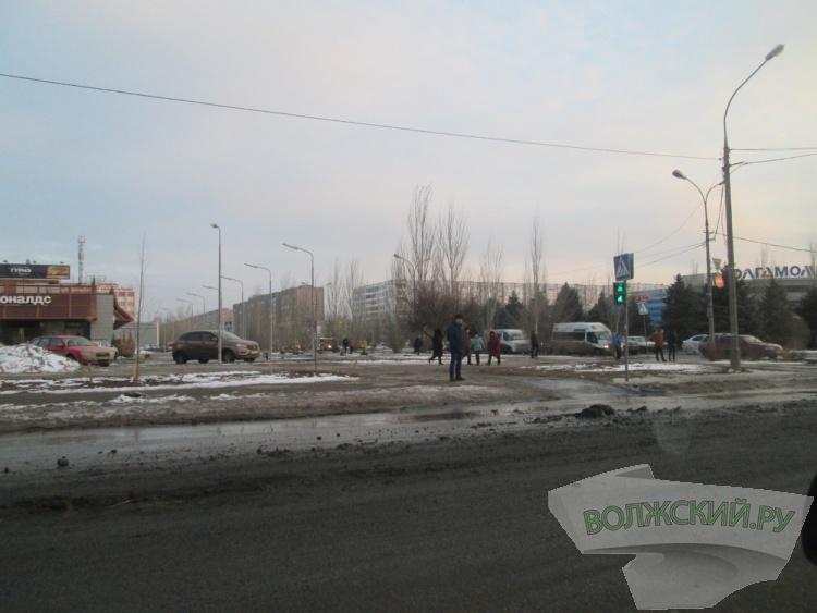 Улицу Александрова в Волжском засыпали мусором