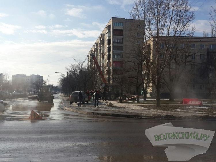 В Волжском около ТЦ «Идея» прорвало трубу с горячей водой