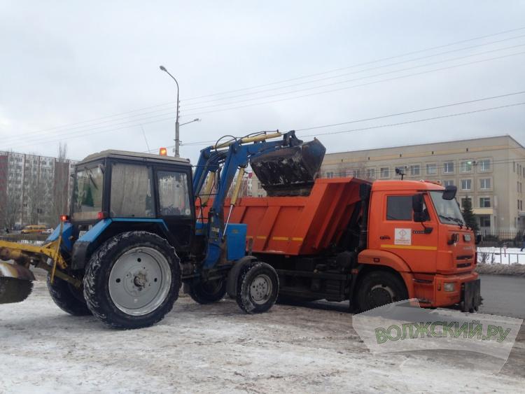 В Волжском расчистили остановки общественного транспорта