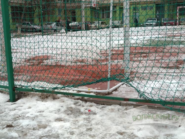 Вандалы начинают разрушать «исинбаевскую площадку» в 22 микрорайоне
