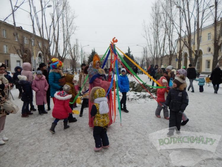 Волжский отметил Масленицу гуляниями по всему городу