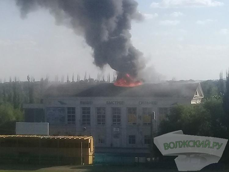 В Волжском горит здание центрального стадиона