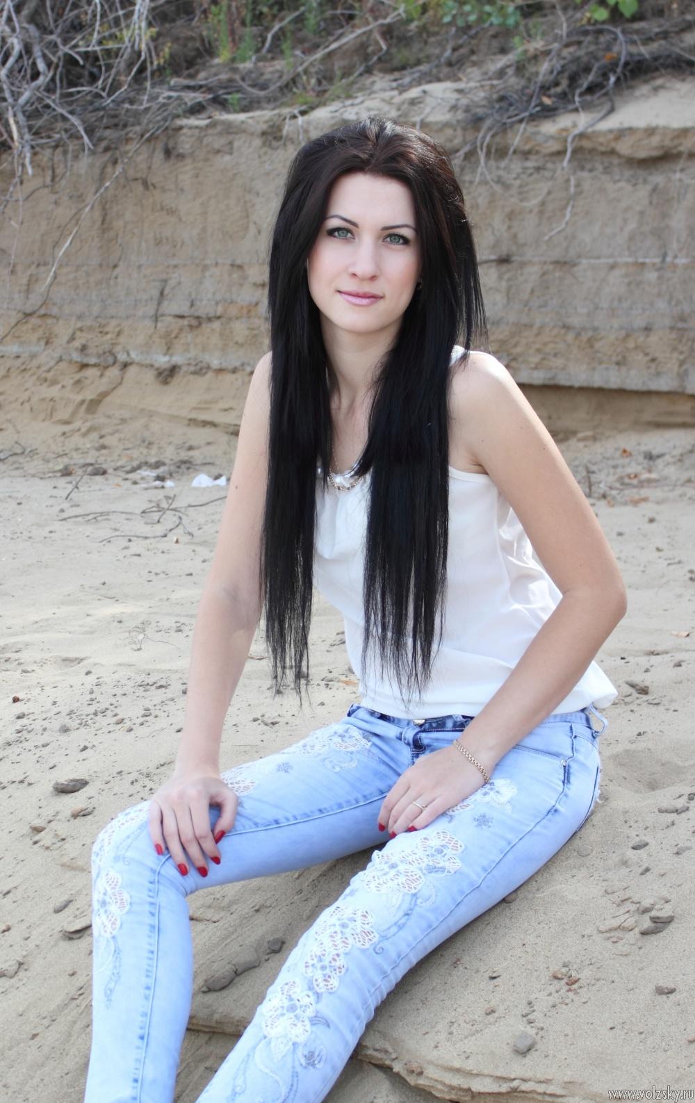Красивые девушки в сексуальных сарафанах