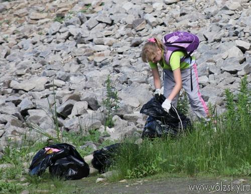 Юные волжане убрали берег Ахтубы